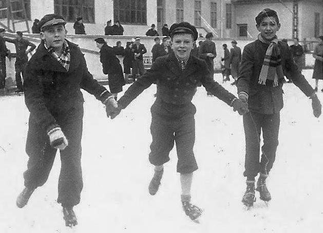 1936. O fotografie simbolică: 3 băieți la patinaj